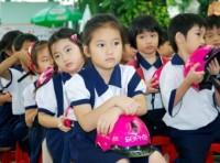 Công ty Sophie Paris Việt Nam tặng mũ bảo hiểm cho học sinh