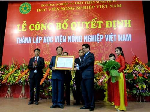 Bộ trưởng Bộ NN&PTNT Cao Đức Phát trao quyết định bổ nhiệm Giáo sư – Tiến sĩ, Nhà giáo ưu tú Trần Đức Viên làm Giám đốc Học viện Nông nghiệp Việt Nam.