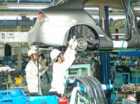 Kiểm tra từng lô hàng linh kiện ô tô trước khi áp thuế