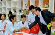 Công đoàn EVN tặng 100 phần quà hỗ trợ bệnh nhi ăn Tết
