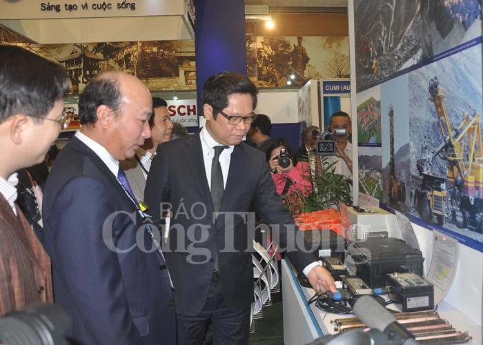 Các đại biểu thăm quan gian hàng tại triển lãm