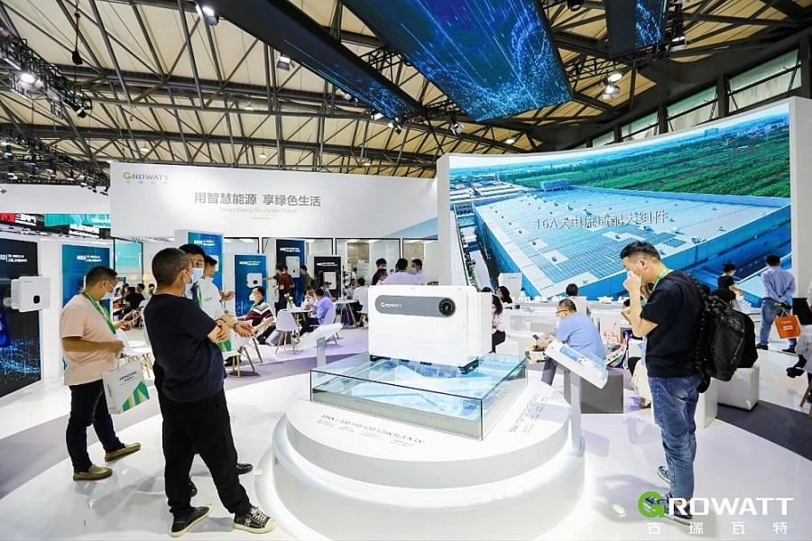 Sản phẩm MAX 100-125KTL3-X-LV trưng bày tại triển lãm SNEC 2021