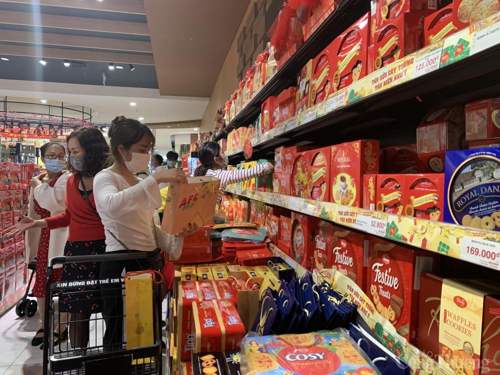 """Nhiều siêu thị giảm """"sốc"""", kích cầu tiêu dùng những ngày cận Tết"""