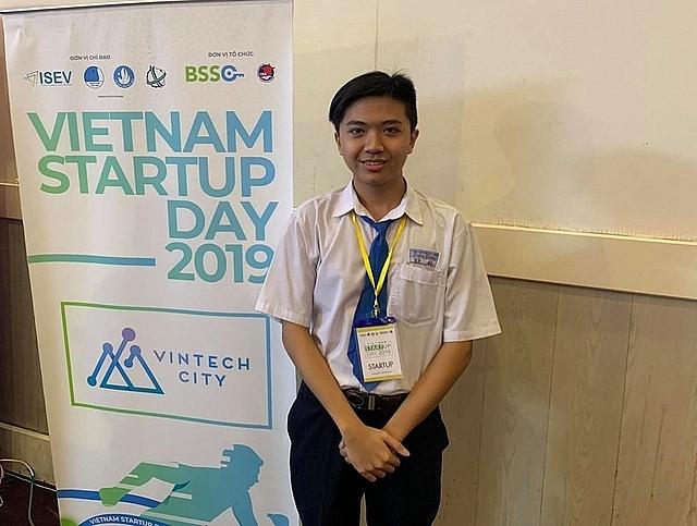 founder lop 12 thu 7000 usdnam tu nen tang hoi bai tren mang
