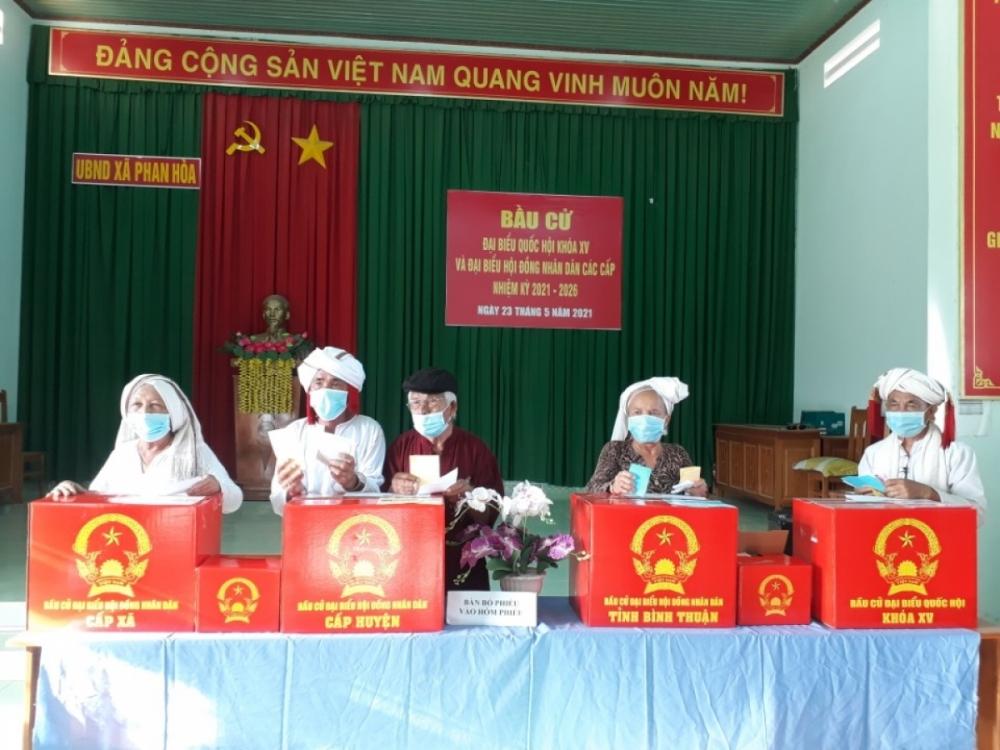 Đồng bào Chăm ở Bình Thuận tham gia bỏ phiếu