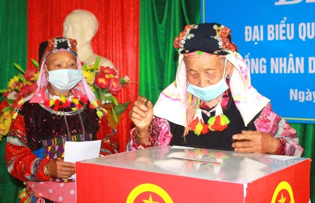 Cử tri cao tuổi ở Hà Giang có mặt bỏ phiếu từ rất sớm