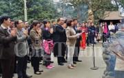 Đoàn các tham tán thương mại dâng hương tại Đền Hùng