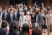 Người dân nồng nhiệt chào đón Nhà vua và Hoàng hậu Nhật Bản tại Văn Miếu