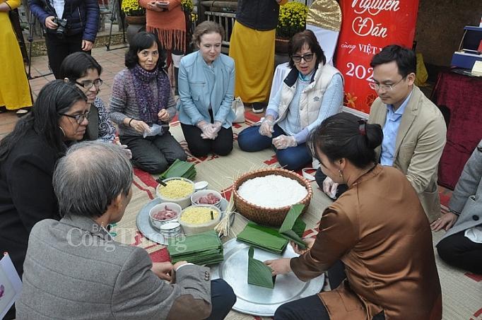 cac dai su nuoc ngoai tro tai goi banh chung viet