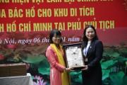 May 10 trao tặng Ban quản lý Lăng Chủ tịch Hồ Chí Minh 10 bộ quần áo Kaki của Bác Hồ