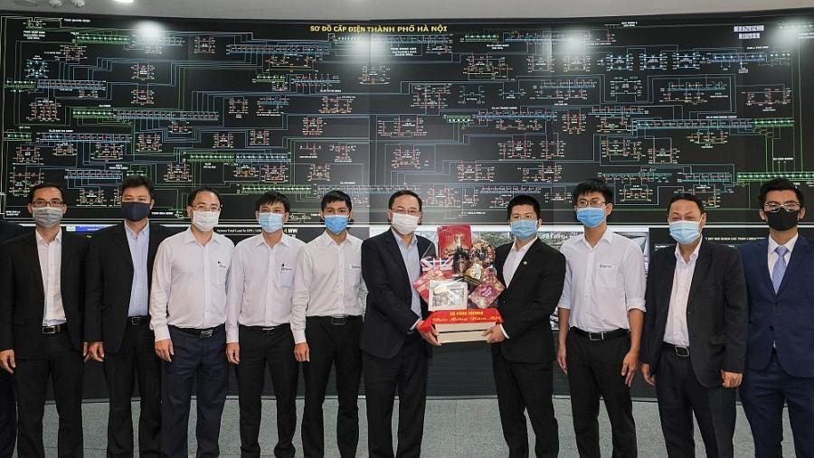 Đoàn công tác Bộ Công Thương tặng quà các cán bộ công nhân viên Trung tâm Điều độ hệ thống điện TP. Hà Nội đang trong ca trực, đảm bảo cấp điện an toàn phục vụ Đại hội Đảng lần thứ XIII