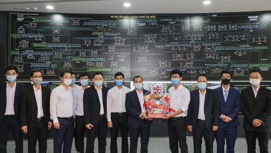 Tập đoàn Điện lực Việt Nam Đoàn công tác Bộ Công Thương tặng quà các cán bộ công nhân viên Trung tâm Điều độ hệ thống điện TP. Hà Nội