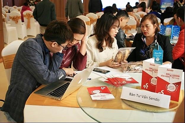 Nhân viên của Sàn TMĐT Sendo hỗ trợ doanh nghiệp, HTX đăng ký tham gia các sàn thương mại điện tử