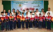 Vietcombank trao cặp phao cứu sinh và bọc bổng cho trẻ em Tiền Giang và Cần Thơ