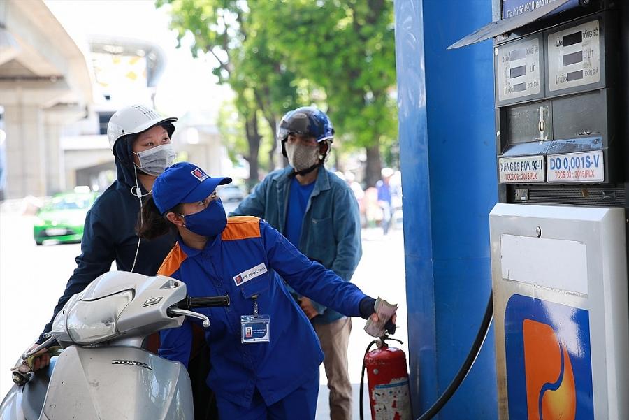 giá xăng dầu thành phẩm thế giới trong 15 ngày vừa qua tăng giảm đan xen nhưng xu hướng chung là tăng khá cao nhất là đối với các mặt hàng xăng.