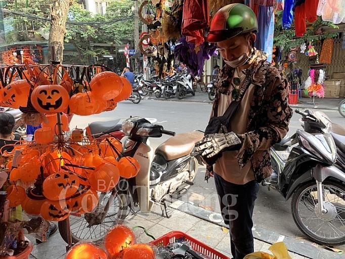 soi dong thi truong do choi halloween