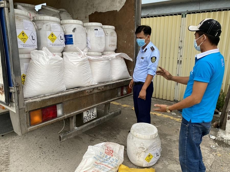 Lực lượng quản lý thị trường đã phát hiện lô hàng 8.125 kg hóa chất dùng để xử lý nước có nhãn gốc bằng tiếng nước ngoài nhưng không có nhãn phụ Việt Nam