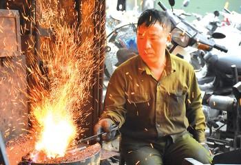 Người thợ tài hoa 'Giữ lò rèn rực lửa'
