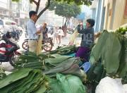 Sài Gòn nhộn nhịp chợ lá dong gói bánh Tết