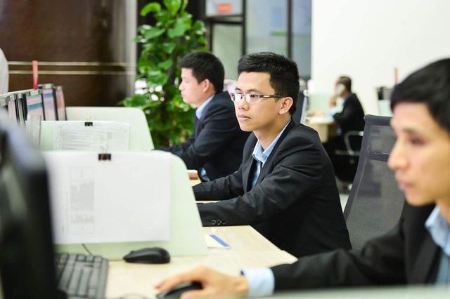 Nhân sự kỹ thuật của Viettel theo dõi giám sát liên tục hệ thống