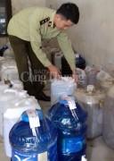 Chi cục QLTT Nghệ An tiêu hủy 1.340 lít rượu không rõ nguồn gốc