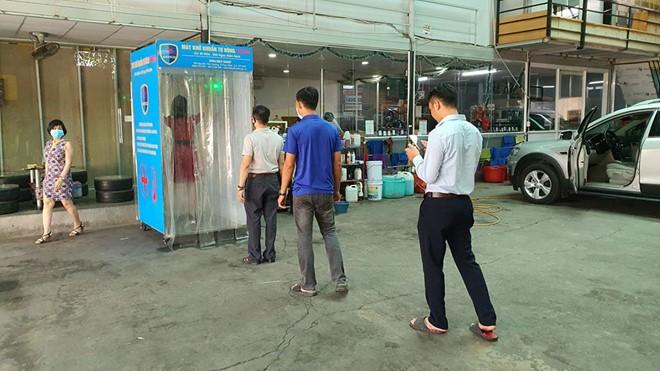 cap vo chong tre sang kien lam buong khu khuan di dong chong covid 19