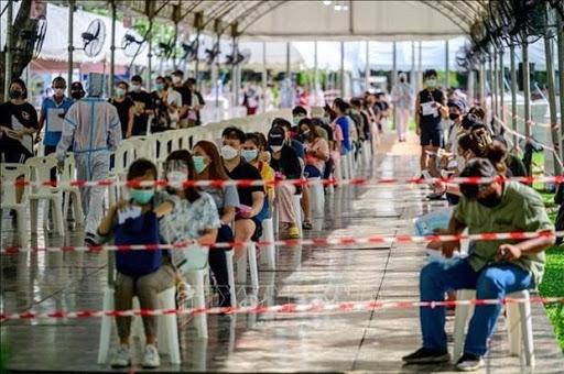 """""""Cơn sóng thần"""" Covid trở lại Đông Nam Á khi việc tiêm chủng đang phức tạp"""