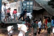 Hỗ trợ gạo cho học sinh nghèo vùng khó