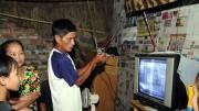 Hỗ trợ phương tiện nghe - xem cho các hộ nghèo