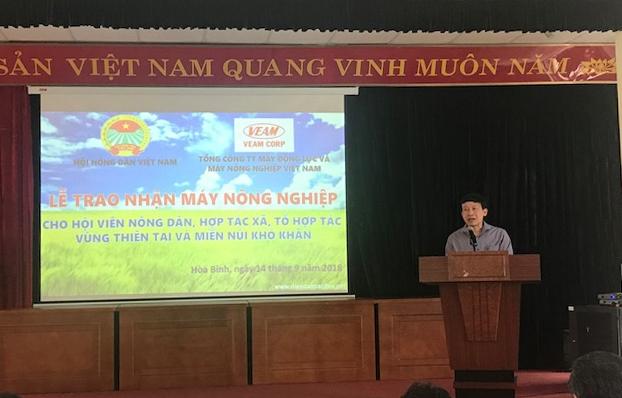 veam trao tang 186 may nong nghiep cho nong dan vung lu