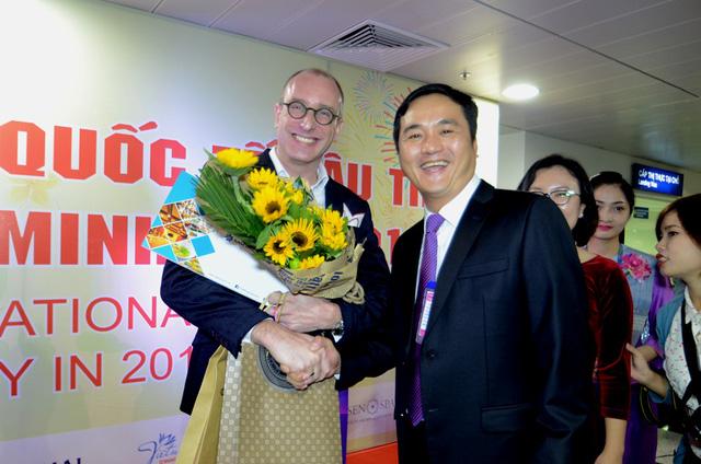 Ông Bùi Tá Hoàng Vũ, Giám đốc Sở DU lịch TPHCM bắt tay ông Bart Verheyen, vị khách may mắn trên chuyến bay đến từ Luân Đôn.