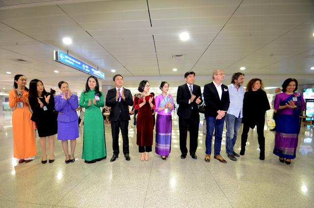 Những vị khách may mắn được chào đón nồng nhiệt tại ga quốc tế sân bay Tân Sơn Nhất.