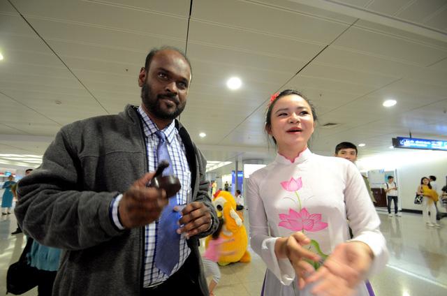 Một du khách đang trải nghiệm chơi nhạc cụ Song Loan.