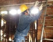 Hơn gần 7.900 hộ nghèo, hộ chính sách được sửa chữa điện miễn phí