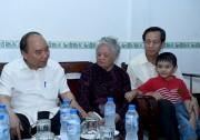 Thủ tướng thăm các gia đình có công tại Cần Thơ