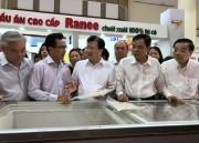Phó Thủ tướng Trịnh Đình Dũng thưởng thức cá tra và động viên doanh nghiệp