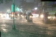 Mưa lớn gây ngập sâu nhiều tuyến đường ở Sài Gòn