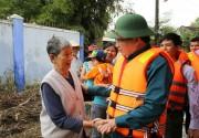 Phó Thủ tướng Trịnh Đình Dũng thăm hỏi người dân vùng lũ Bình Định, Quảng Ngãi