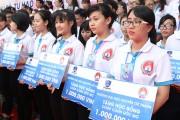 Trường ĐH Nguyễn Tất Thành trao học bổng cho học sinh nghèo vượt khó