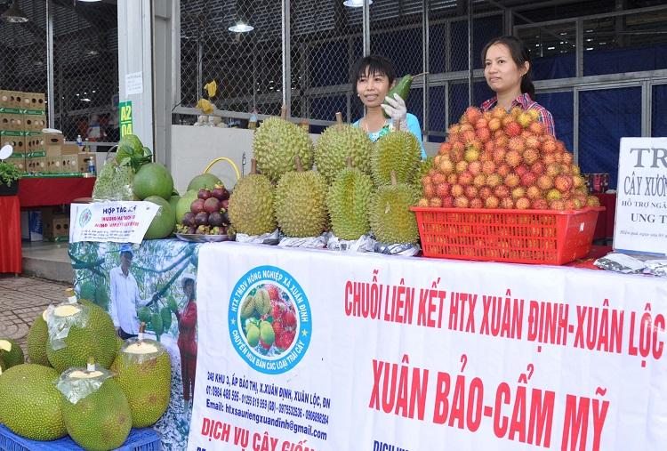 HXT Xuân Định, Xuân Lộc (Đồng Nai) tự mang sản phẩm chào hàng đối tác tại chợ đầu mối nông sản Dầu Giây (huyện Thống Nhất, tỉnh Đồng Nai)