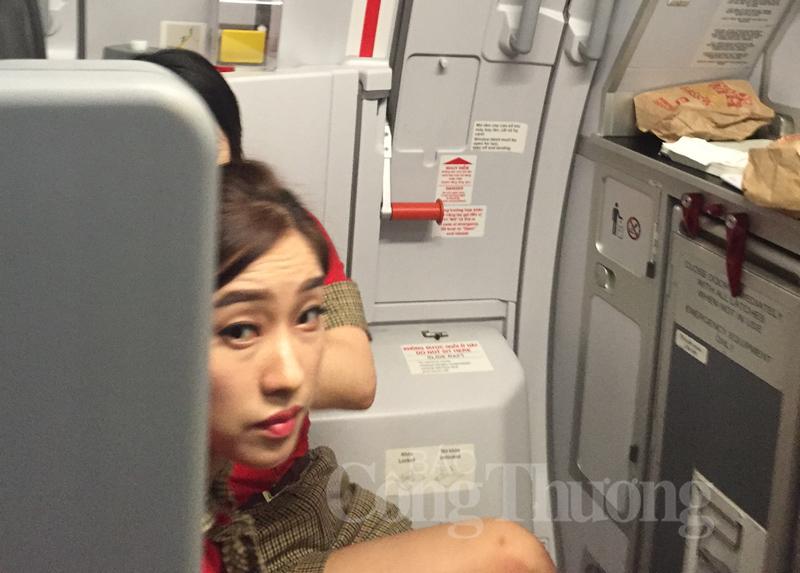 Tiếp viên ngoại của Vietjet Air vi phạm an toàn bay, coi thường hành khách Việt!