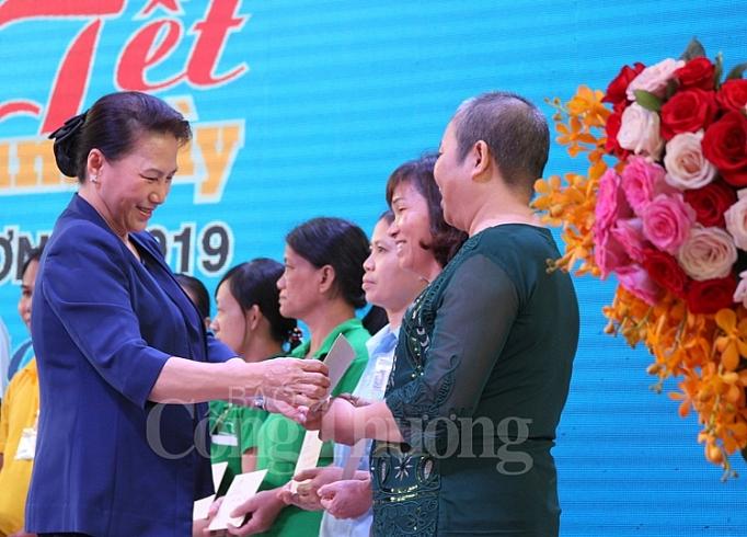 chu tich quoc hoi tang qua tet cho cong nhan lao dong o binh duong