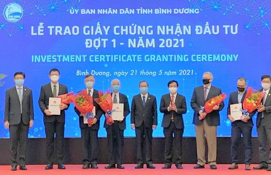 Bình Dương: Trao giấy chứng nhận đầu tư cho 5 dự án FDI gần 1 tỷ USD