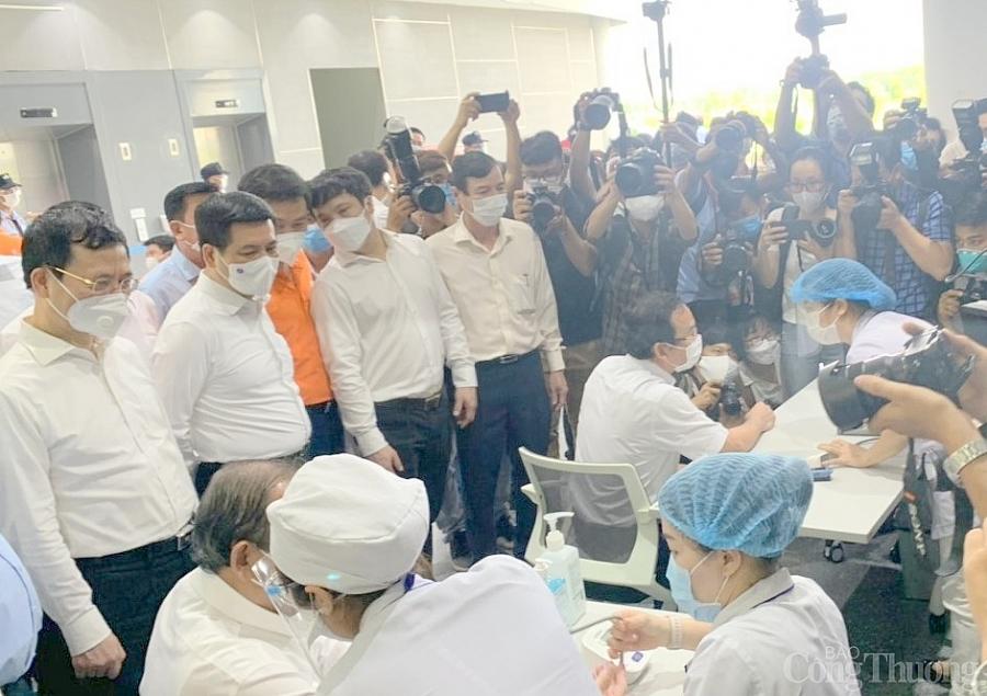 Bộ trưởng Nguyễn Hồng Diên tham dự Lễ khởi động chiến dịch tiêm vaccine phòng Covid-19 tại TP.Hồ Chí Minh