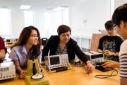"""Đại học RMIT trao học bổng cho những """"bông hồng"""" tri thức"""