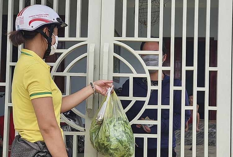 Hàng ngày, dựa trên nhu cầu của người dân, các tình nguyện viên sẽ đi chợ mua hàng và giao đến tận nơi cho mỗi gia đình