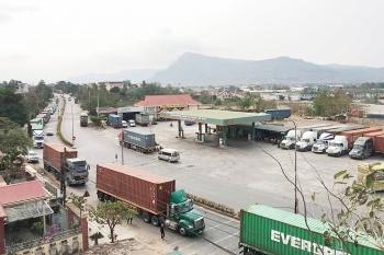 hang tram container dang tac tai cua khau lao bao