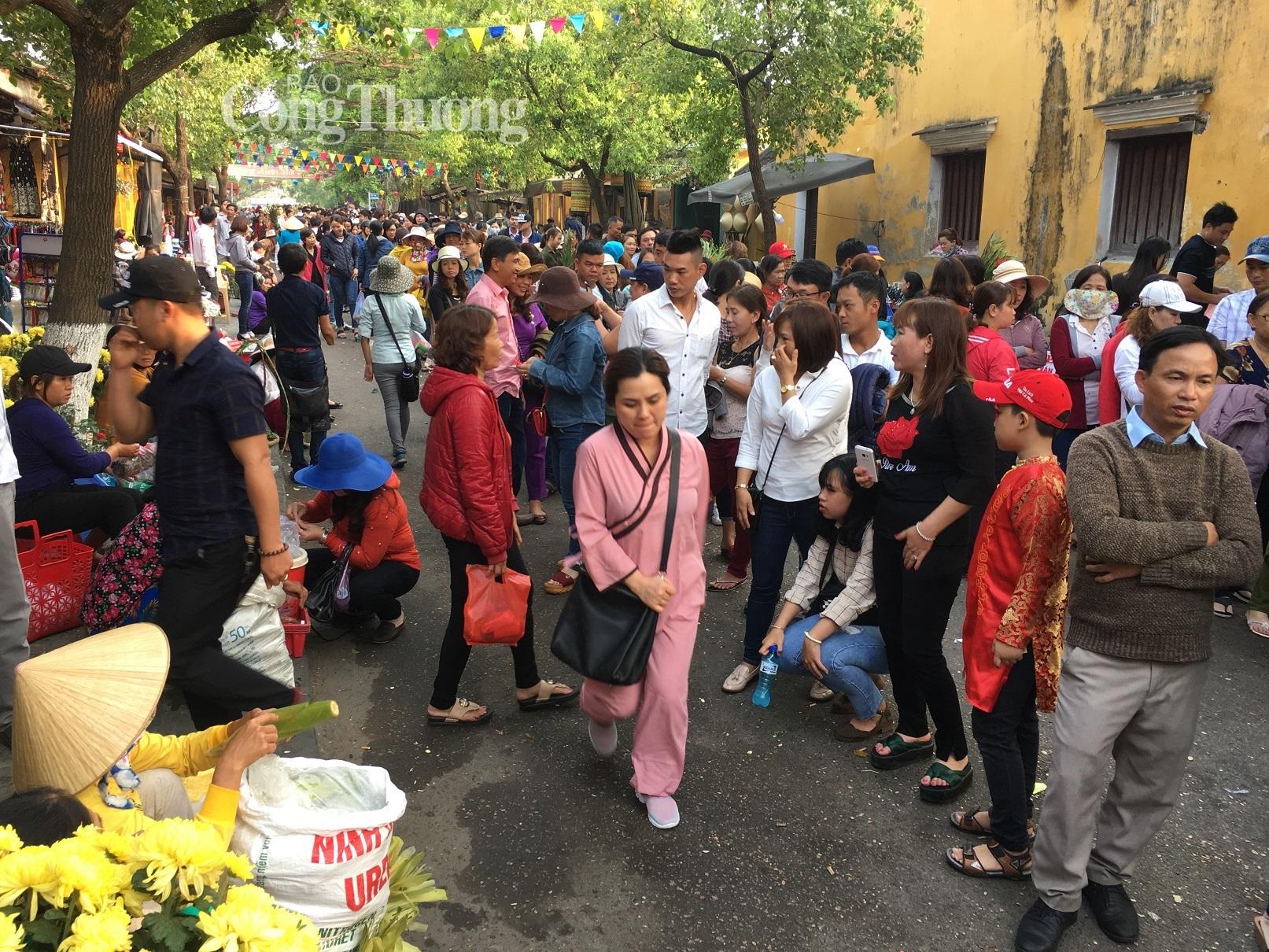 Hội An- Dòng người đông nghịt đổ về phố Hội vía chùa Ông