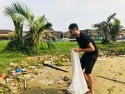 Tham quan phố Hội, du khách chèo thuyền vớt 1 tấn rác trên sông