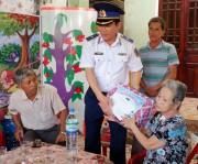 Quảng Ngãi: Cảnh sát biển trao quà cho người dân huyện đảo Lý Sơn